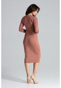 Lenitif - Elegancka kopertowa sukienka z wiskozą dopasowana brązowa. Okazja: do pracy, na co dzień. Typ kołnierza: dekolt kopertowy. Kolor: brązowy. Materiał: wiskoza. Typ sukienki: kopertowe. Styl: elegancki. Długość: midi