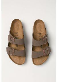 Birkenstock - Klapki Arizona. Kolor: brązowy. Materiał: materiał. Wzór: gładki. Obcas: na obcasie. Wysokość obcasa: niski