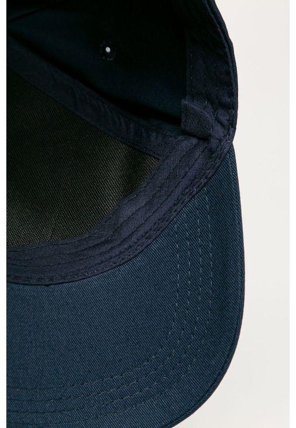 Niebieska czapka z daszkiem Guess Jeans z nadrukiem