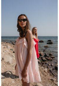 Marsala - Sukienka z tkaniny plumeti w kolorze pudrowy róż - MALIBU BY MARSALA. Okazja: na imprezę, na co dzień. Typ kołnierza: kołnierz z falbankami. Kolor: różowy. Materiał: tkanina. Długość rękawa: na ramiączkach. Sezon: lato. Typ sukienki: proste. Styl: wakacyjny, casual
