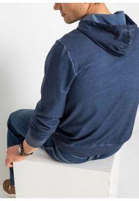 Bluza z kapturem z efektem wytarcia bonprix niebieski indygo z nadrukiem. Typ kołnierza: kaptur. Kolor: niebieski. Wzór: nadruk