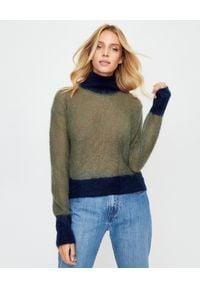 MONCLER - Moherowy sweter z golfem. Typ kołnierza: golf. Kolor: zielony. Materiał: moher. Długość rękawa: długi rękaw. Długość: długie. Wzór: aplikacja. Sezon: jesień. Styl: klasyczny