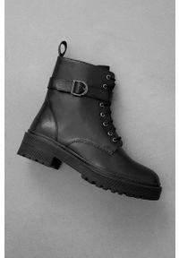 Answear Lab - Botki skórzane. Nosek buta: okrągły. Zapięcie: sznurówki. Kolor: czarny. Materiał: skóra. Obcas: na obcasie. Styl: wakacyjny. Wysokość obcasa: średni