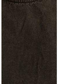 Szara sukienka Jacqueline de Yong prosta, na co dzień, z długim rękawem, casualowa
