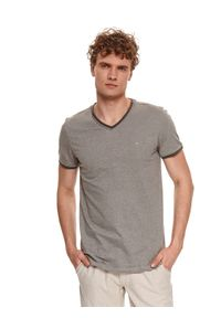 TOP SECRET - T-shirt krótki rękaw męski we wzory. Typ kołnierza: dekolt w serek. Kolor: oliwkowy. Materiał: bawełna, tkanina. Długość rękawa: krótki rękaw. Długość: krótkie