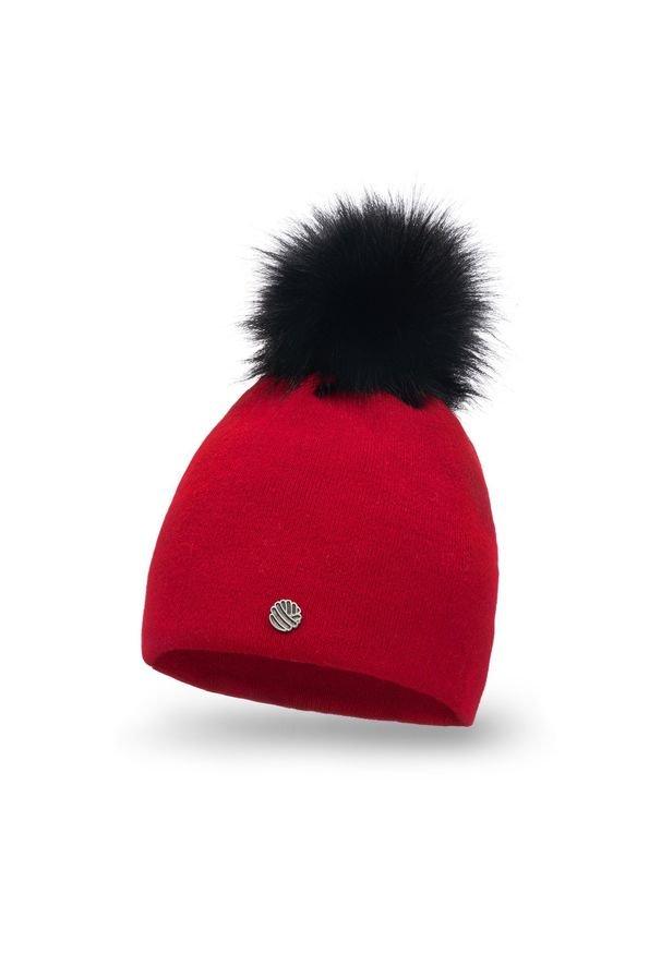 Czapka damska PaMaMi - Czerwony. Kolor: czerwony. Materiał: akryl. Wzór: ze splotem, gładki. Sezon: zima, jesień. Styl: klasyczny