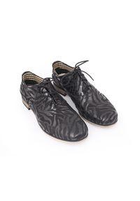 Zapato - sznurowane półbuty jazzówki - skóra naturalna - model 246 - kolor czarny zebra. Okazja: na co dzień, na spotkanie biznesowe, do pracy. Kolor: czarny. Materiał: skóra. Szerokość cholewki: normalna. Wzór: motyw zwierzęcy. Obcas: na obcasie. Styl: boho, elegancki, biznesowy, klasyczny, casual. Wysokość obcasa: niski