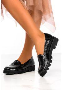 Casu - Czarne mokasyny lakierowane na platformie wzór wężowy polska skóra casu 3010-0. Kolor: czarny. Materiał: lakier, skóra. Obcas: na platformie