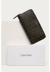 Calvin Klein - Portfel. Kolor: brązowy. Materiał: materiał