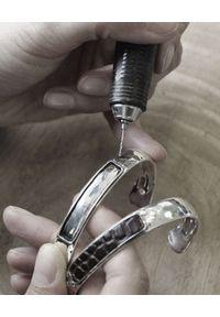 GAS BIJOUX - Srebrna bransoletka ze skórzanym detalem Matis. Materiał: srebrne. Kolor: srebrny. Wzór: napisy