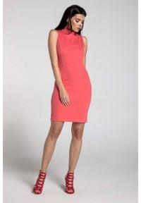 Nommo - Malinowa Dopasowana Krótka Sukienka z Półgolfem. Kolor: różowy. Materiał: wiskoza, poliester. Wzór: kwiaty. Długość: mini