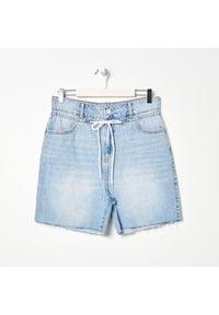 Sinsay - Szorty jeansowe relaxed fit - Niebieski. Kolor: niebieski. Materiał: jeans