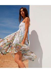 CHARO RUIZ IBIZA - Sukienka midi Mae. Kolor: biały. Materiał: bawełna. Wzór: nadruk, aplikacja, kwiaty. Typ sukienki: asymetryczne, z odkrytymi ramionami. Długość: midi