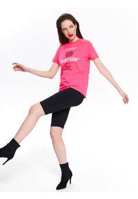 TOP SECRET - Neonowy t-shirt damski z nadrukiem. Okazja: na co dzień. Kolor: różowy. Materiał: dzianina, bawełna. Długość rękawa: krótki rękaw. Długość: krótkie. Wzór: nadruk. Sezon: wiosna, lato. Styl: casual