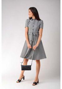 Nommo - Sukienka Szmizjerka w Kratkę z Szerokim Dołem. Materiał: bawełna, wiskoza, elastan. Wzór: kratka. Typ sukienki: szmizjerki
