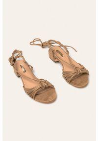Beżowe sandały ANSWEAR na sznurówki, na średnim obcasie, na obcasie