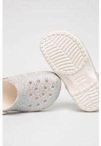 Białe klapki Crocs z okrągłym noskiem