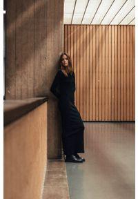 MUUV. - Sukienka Pure Backless. Kolor: czarny. Materiał: dzianina. Długość rękawa: długi rękaw. Typ sukienki: dopasowane