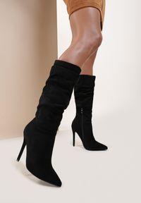 Renee - Czarne Kozaki Wystila. Wysokość cholewki: przed kolano. Nosek buta: szpiczasty. Zapięcie: zamek. Kolor: czarny. Szerokość cholewki: normalna. Wzór: aplikacja