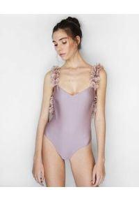 LA REVECHE - Fioletowy strój kąpielowy Amira. Kolor: różowy, fioletowy, wielokolorowy. Materiał: szyfon, tkanina, materiał. Wzór: kwiaty, aplikacja
