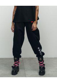 VICHER - Czarne spodnie dresowe REBELL. Kolor: czarny. Materiał: dresówka. Wzór: haft