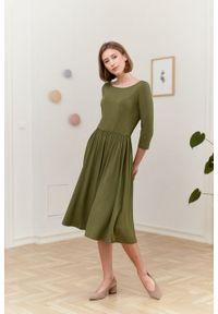 Marie Zélie - Sukienka Emelina oliwkowa. Kolor: oliwkowy. Materiał: wiskoza, dzianina, materiał, elastan, guma. Styl: klasyczny. Długość: midi