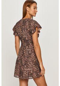 Brązowa sukienka Guess z krótkim rękawem, mini