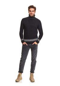 TOP SECRET - Sweter golf z motywem norweskim. Okazja: do pracy, na co dzień. Typ kołnierza: golf. Kolor: szary. Długość: długie. Sezon: zima. Styl: casual