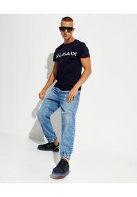 Balmain - BALMAIN - Granatowy t-shirt z logo. Kolor: czarny. Materiał: bawełna