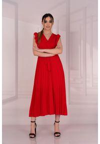 Merribel - Elegancka Plisowana Sukienka z Kopertowym Dekoltem - Czerwona. Kolor: czerwony. Materiał: poliester, elastan. Typ sukienki: kopertowe. Styl: elegancki