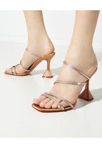 AMINA MUADDI - Beżowe sandały na szpilce Naima. Kolor: beżowy. Materiał: jedwab, satyna. Wzór: geometria, aplikacja. Obcas: na szpilce. Wysokość obcasa: średni