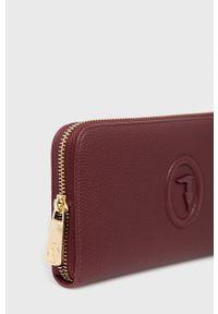 Trussardi Jeans - Trussardi - Portfel. Kolor: czerwony. Materiał: materiał. Wzór: gładki
