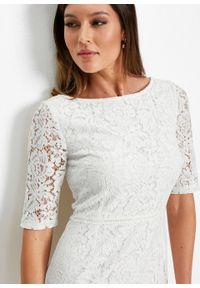Sukienka koronkowa z falbaną w dolnej części bonprix biel wełny. Kolor: biały. Materiał: koronka, wełna. Wzór: koronka