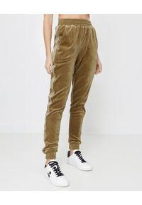 JOANNA MUZYK - Aksamitne spodnie dresowe Natalia. Stan: podwyższony. Kolor: zielony. Materiał: dresówka