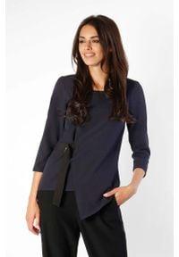 Nommo - Granatowa Bluzka Asymetryczna z Czarną Taśmą. Kolor: czarny, wielokolorowy, niebieski. Materiał: wiskoza, poliester