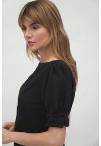 Nife - Czarna koktajlowa sukienka mini z bufiastymi rękawami. Typ kołnierza: dekolt w łódkę. Kolor: czarny. Materiał: elastan. Typ sukienki: proste. Styl: wizytowy. Długość: mini