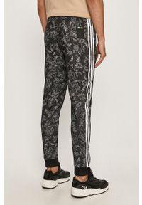 Czarne spodnie dresowe adidas Originals z motywem z bajki