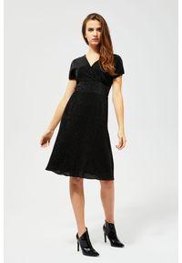 MOODO - Sukienka połyskująca. Materiał: poliester. Typ sukienki: kopertowe. Styl: elegancki