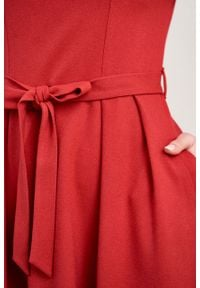 Marie Zélie - Sukienka Andrea krepa wiskozowa malinowa czerwień. Kolor: różowy, czerwony, wielokolorowy. Materiał: wiskoza. Typ sukienki: rozkloszowane. Styl: klasyczny