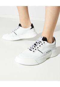 PREMIUM BASICS - Białe sneakersy z czarna piętą. Okazja: na co dzień. Kolor: biały. Materiał: poliester. Wzór: aplikacja