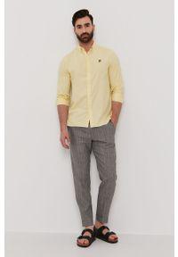Lyle & Scott - Koszula. Okazja: na co dzień. Typ kołnierza: button down. Kolor: żółty. Materiał: len, tkanina, bawełna. Długość rękawa: długi rękaw. Długość: długie. Wzór: gładki, aplikacja. Styl: casual #2