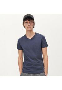 Reserved - Gładka koszulka BASIC - Granatowy. Kolor: niebieski. Wzór: gładki