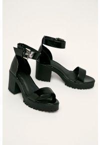 Czarne sandały Truffle Collection na klamry, z okrągłym noskiem