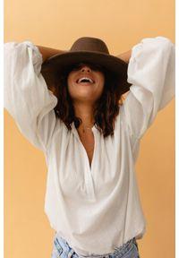 Marsala - Koszula ze zwiewnej, prążkowanej bawełny w kolorze ecru - JESSIE BY MARSALA. Okazja: do pracy, na spotkanie biznesowe. Typ kołnierza: kołnierzyk stójkowy. Materiał: prążkowany, bawełna. Sezon: wiosna, lato. Styl: elegancki, klasyczny, biznesowy