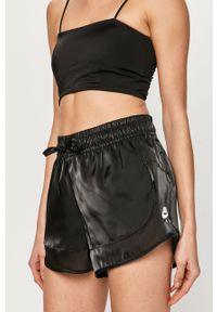 Czarne szorty Nike na co dzień, casualowe