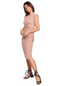 BE - Dopasowana bawełniana sukienka z marszczeniami beż mokka. Okazja: do pracy, na co dzień. Kolor: beżowy. Materiał: bawełna. Styl: casual