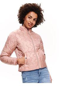 TOP SECRET - Krótka pikowana kurtka ze stójką. Typ kołnierza: kołnierzyk stójkowy. Kolor: różowy. Materiał: materiał. Długość: krótkie. Sezon: wiosna, lato