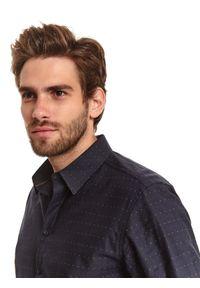 TOP SECRET - Koszula strukturalna w mikrowzór. Okazja: na co dzień. Kolor: niebieski. Długość: długie. Sezon: zima. Styl: casual, elegancki