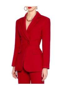 AGGI - Czerwona marynarka Isabella. Okazja: do pracy, na spotkanie biznesowe. Typ kołnierza: typu klepsydra. Kolor: czerwony. Długość: długie. Wzór: ze splotem. Styl: biznesowy
