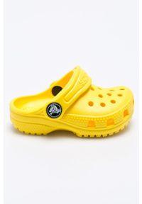 Żółte klapki Crocs z okrągłym noskiem